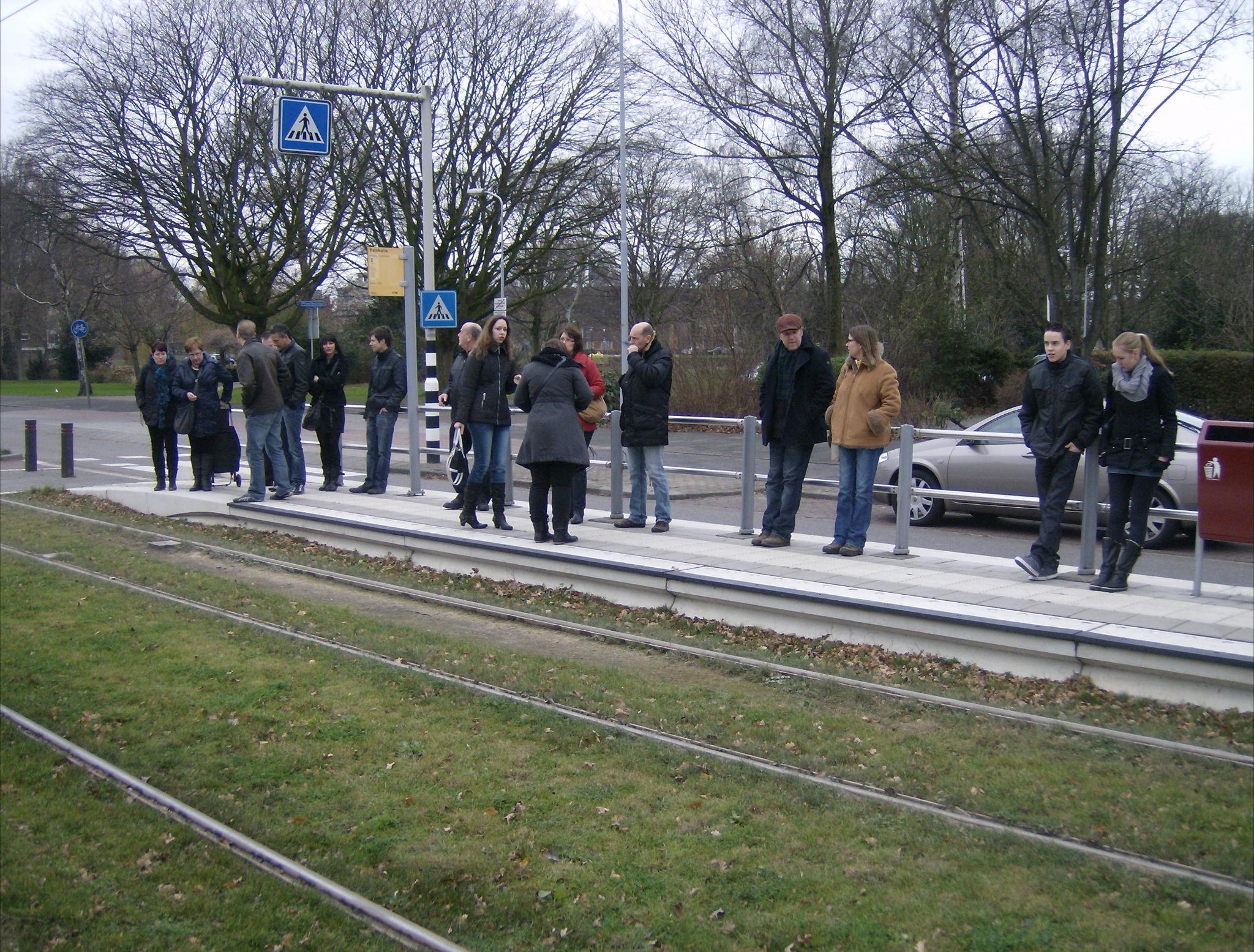 wachten op de tram naar Scheveningen