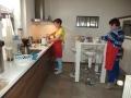 Mariëtte en Sonja bezig met de voorbereidingen